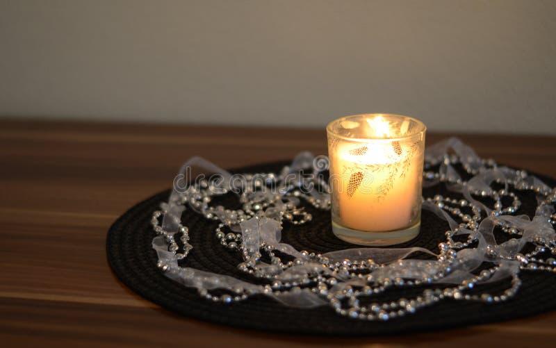 Vela decorativa en la tabla foto de archivo libre de regalías