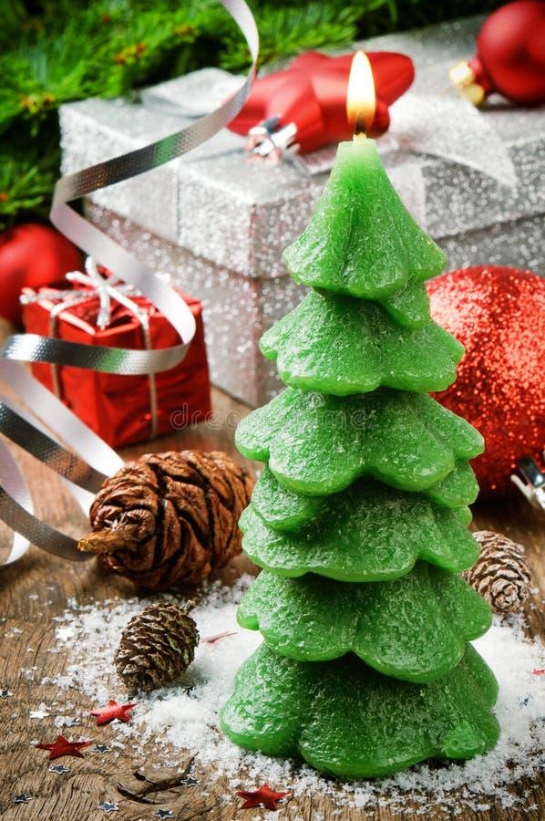 Vela del árbol de navidad en fondo festivo fotos de archivo