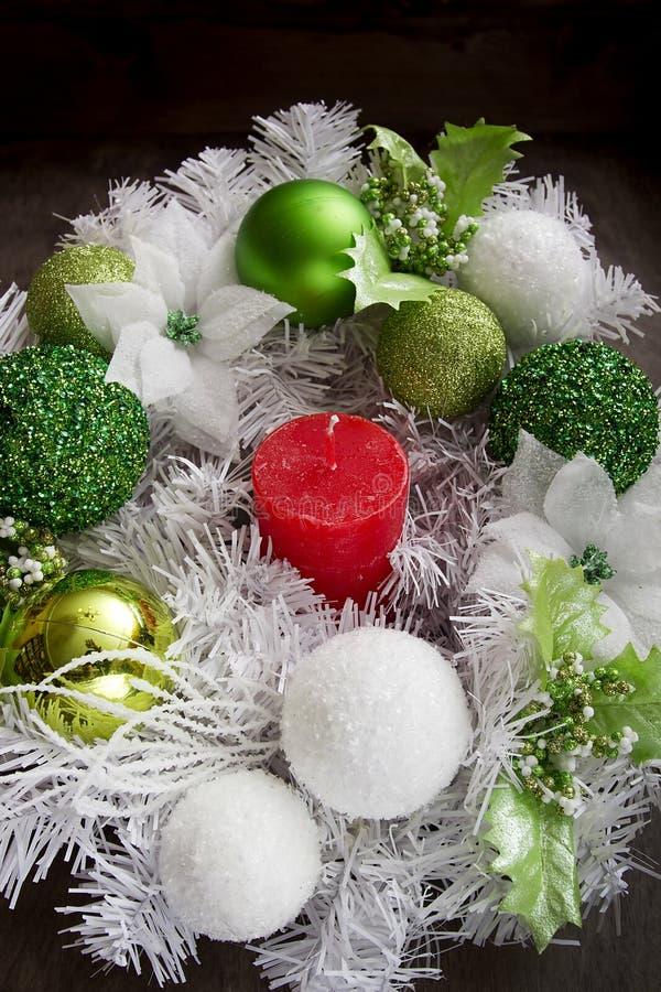 Vela del Año Nuevo y guirnalda festiva fotografía de archivo