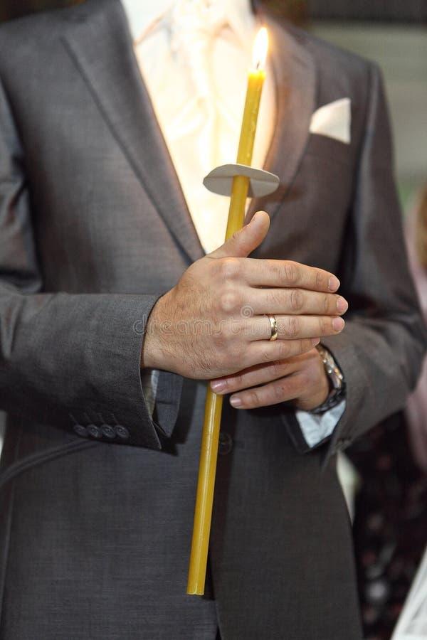 Vela del control de la mano de los hombres con el traje de la panzada imagen de archivo libre de regalías