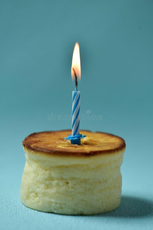 Vela del cumpleaños del Lit en un pastel de queso fotografía de archivo libre de regalías