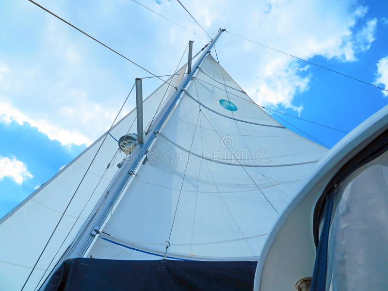 Vela di una barca a vela fuori su una vela immagini stock libere da diritti