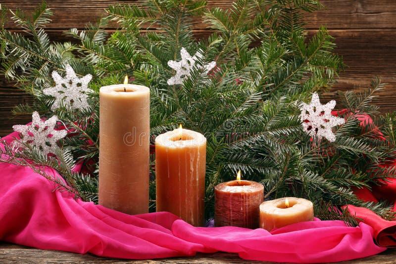 Vela do advento quatro e decoração de queimadura do Natal imagens de stock
