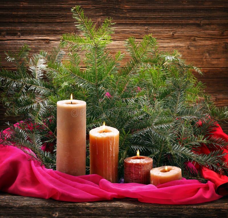 Vela do advento quatro e decoração de queimadura do Natal foto de stock royalty free