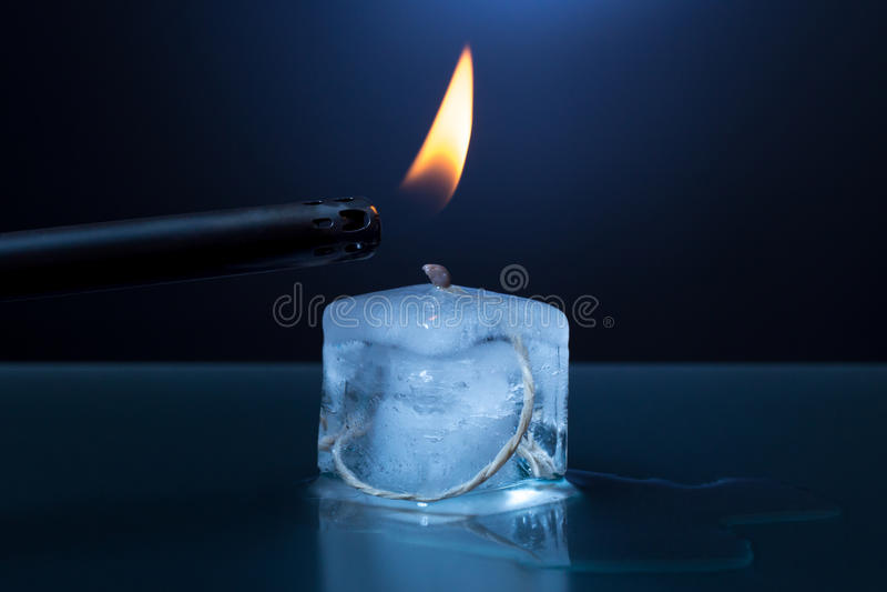 A vela do cubo de gelo é iluminada fotos de stock
