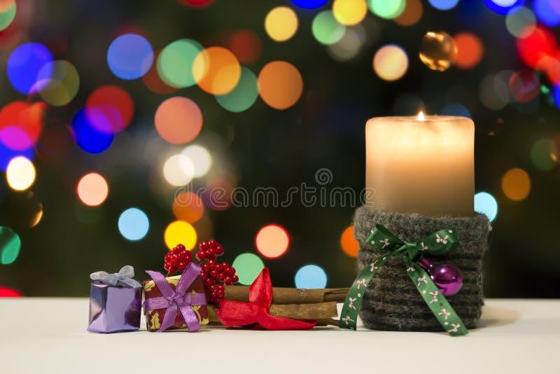 Vela do Natal e decorações dos presentes no fundo do feriado de Blured fotos de stock