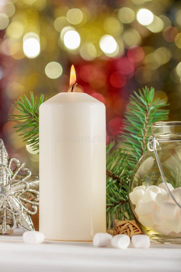 Vela do Natal, marshmallow em um frasco Composição do Natal r fotos de stock