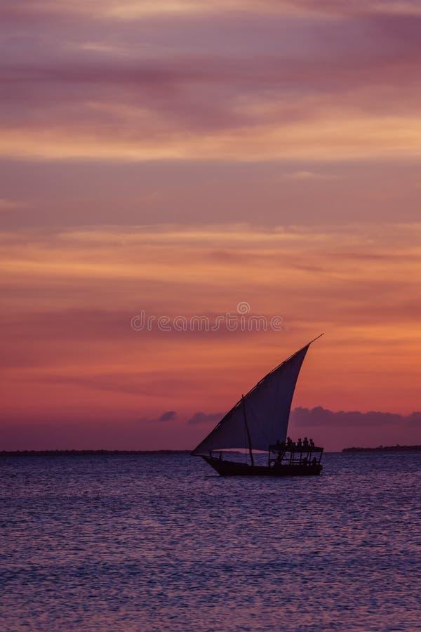 Vela do por do sol perto da ilha de Zanzibar fotografia de stock