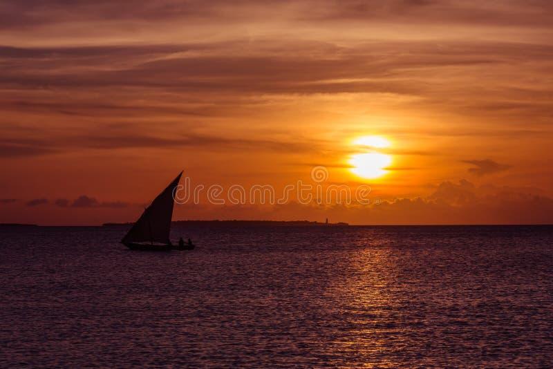 Vela do por do sol perto da ilha de Zanzibar fotografia de stock royalty free