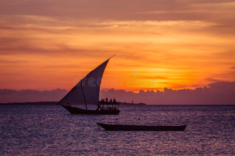 Vela do por do sol perto da ilha de Zanzibar fotos de stock royalty free