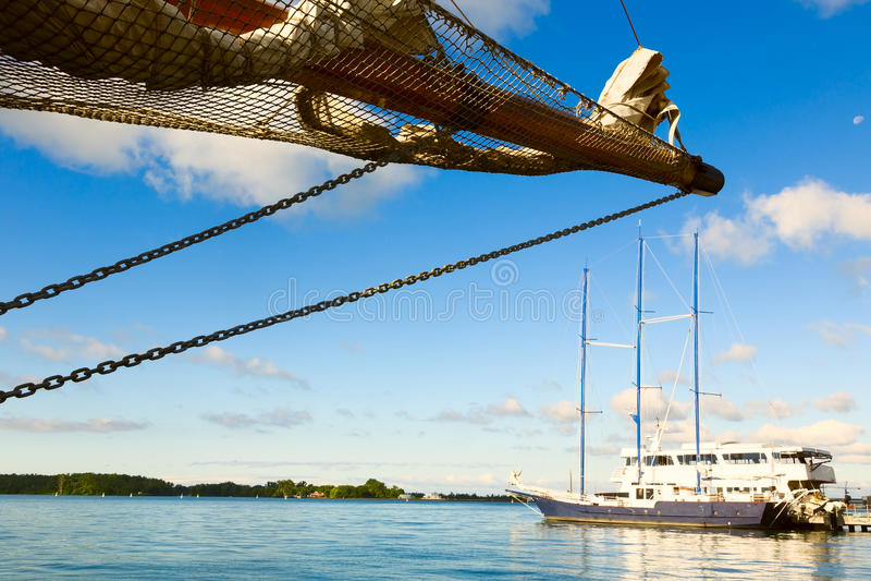 Vela e barca immagini stock