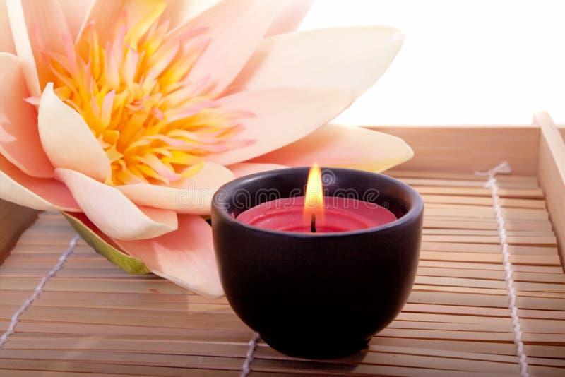 Vela e flor dos termas para aromatherapy fotos de stock royalty free