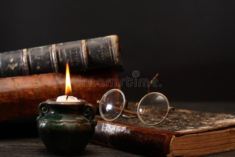 Vela e livros foto de stock