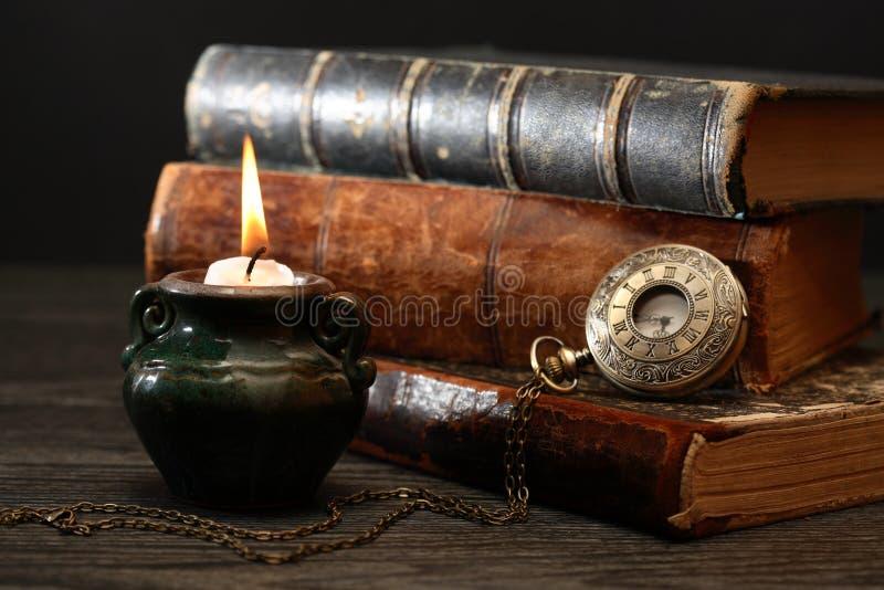 Vela e livros fotografia de stock