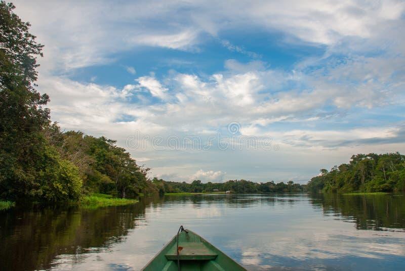 Vela em um barco de madeira no Rio Amazonas na selva O Rio Amazonas Manaus, Amazonas, Brasil fotos de stock royalty free