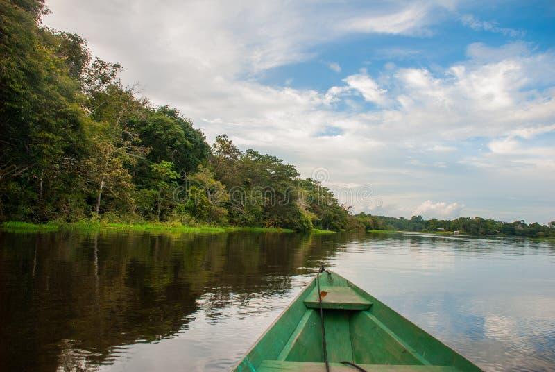 Vela em um barco de madeira no Rio Amazonas na selva O Rio Amazonas Manaus, Amazonas, Brasil imagem de stock