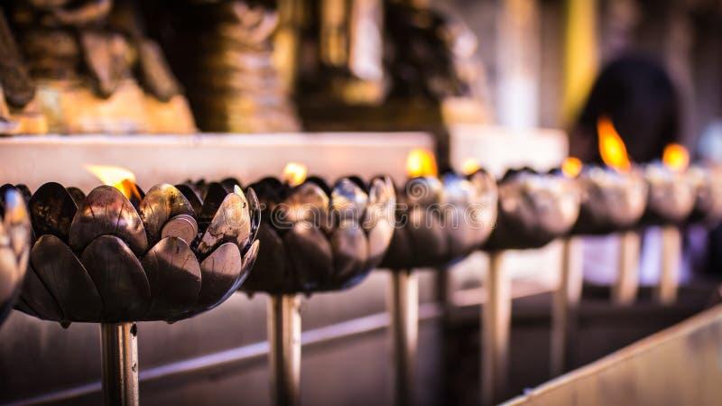 Vela em Wat Phar That Doi Suthepb, templo tailandês em Chiangmai Tailândia imagens de stock royalty free