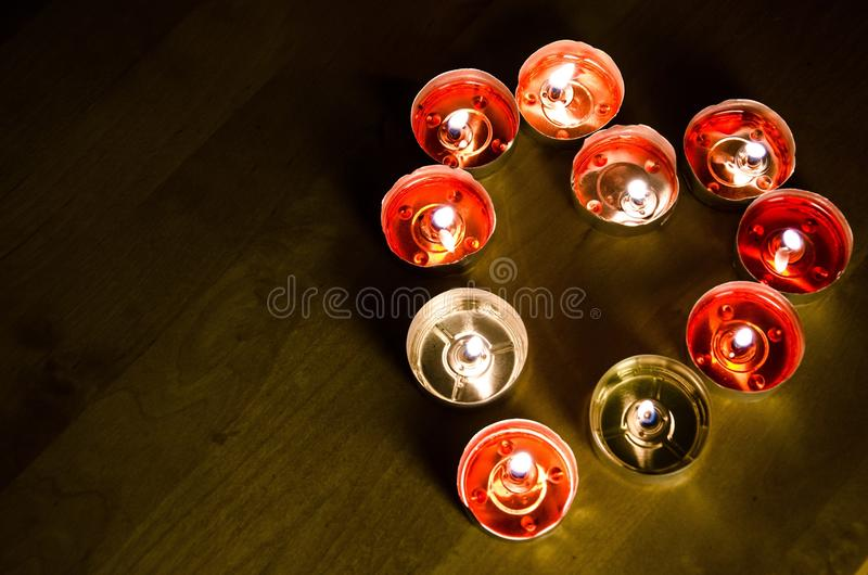 Vela en forma de corazón en el día de tarjeta del día de San Valentín fotos de archivo