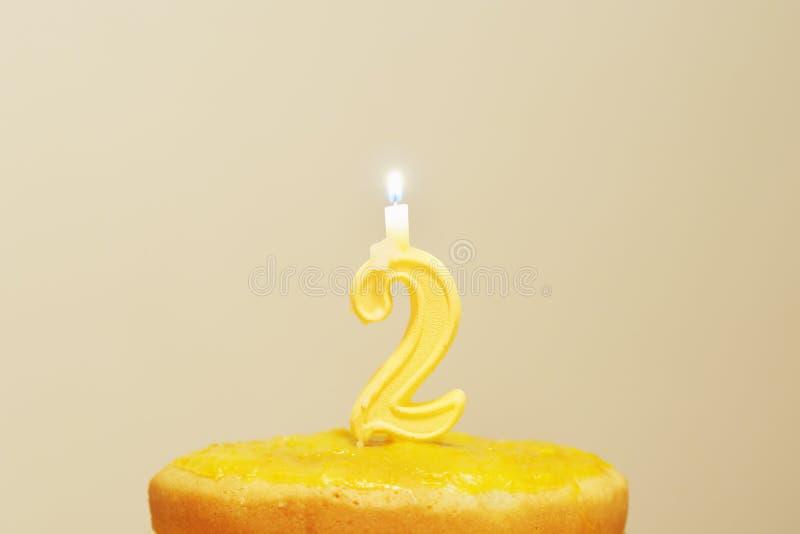 Vela encendida del cumpleaños imagen de archivo