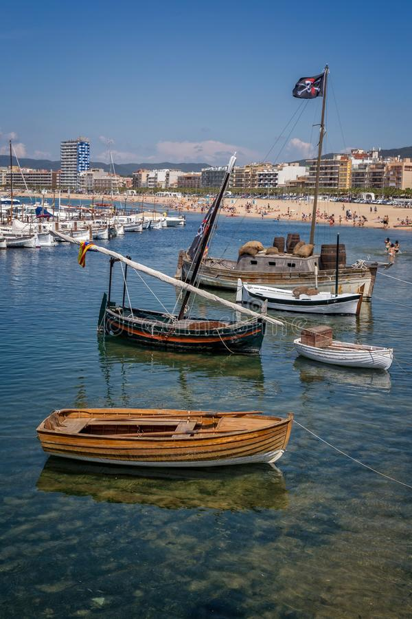 A vela envia no porto Palamos em Costa Brava em um dia tradicional do pirata 20 05 Espanha 2018 imagens de stock