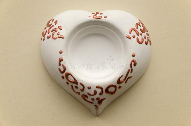 Vela hecha a mano del soporte de la cerámica de la arcilla bajo la forma de corazón fotografía de archivo