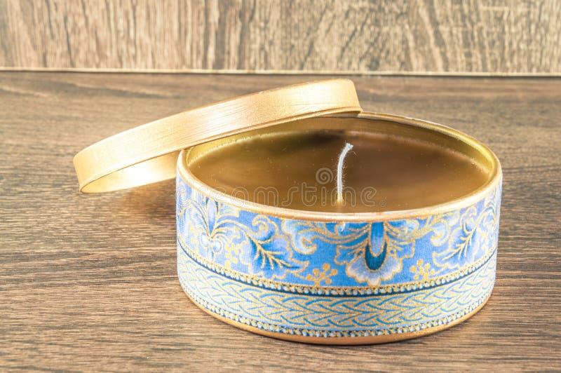 Vela hecha a mano hecha en la caja redondeada de oro adornada con la tela texturizada fotografía de archivo libre de regalías
