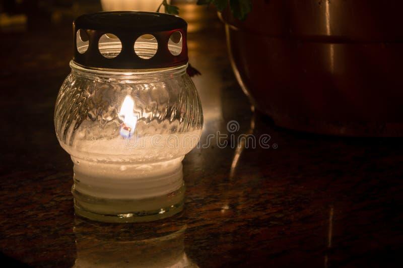 Vela iluminada na sepultura em todo o dia de Saint fotografia de stock royalty free