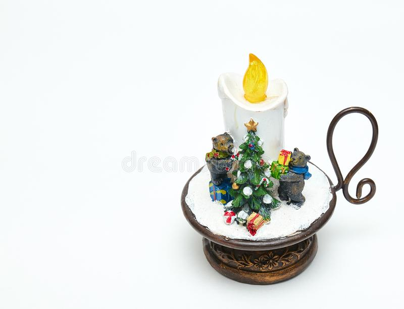 Vela linda, decorativa con los osos y un árbol de navidad Decoración festiva aislador en el fondo blanco La Navidad y Año Nuevo fotos de archivo