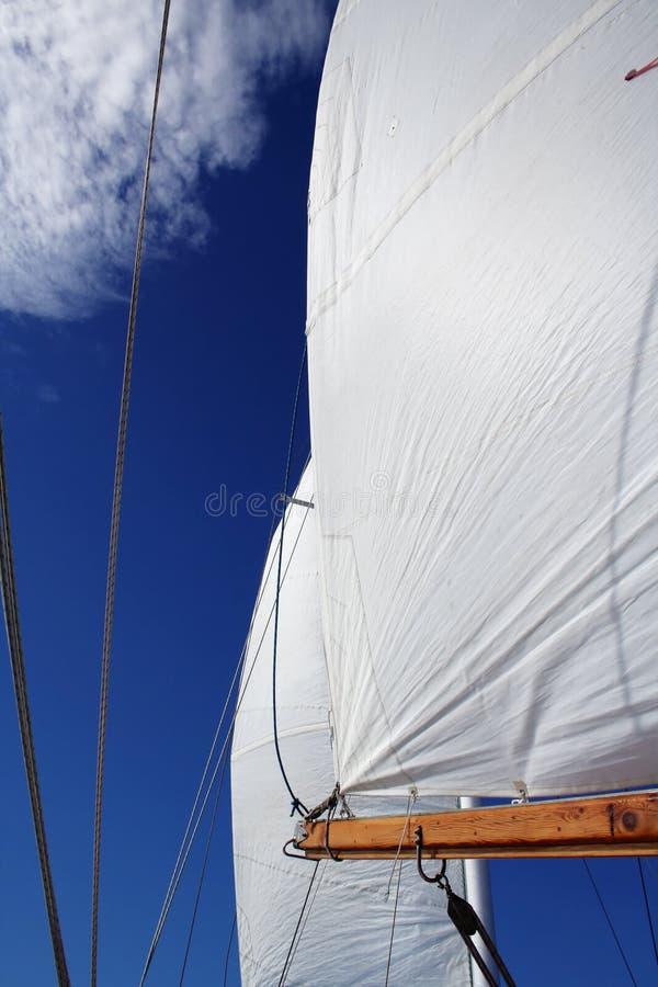 Vela llena y cielo azul grande fotos de archivo