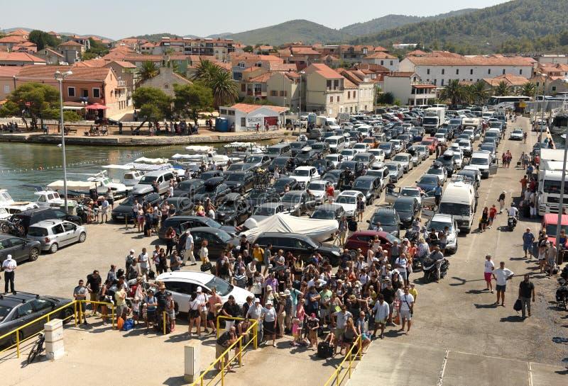 Vela Luka, Kroatien - Augusti 19, 2017: Bilar och folk som väntar fo royaltyfri foto