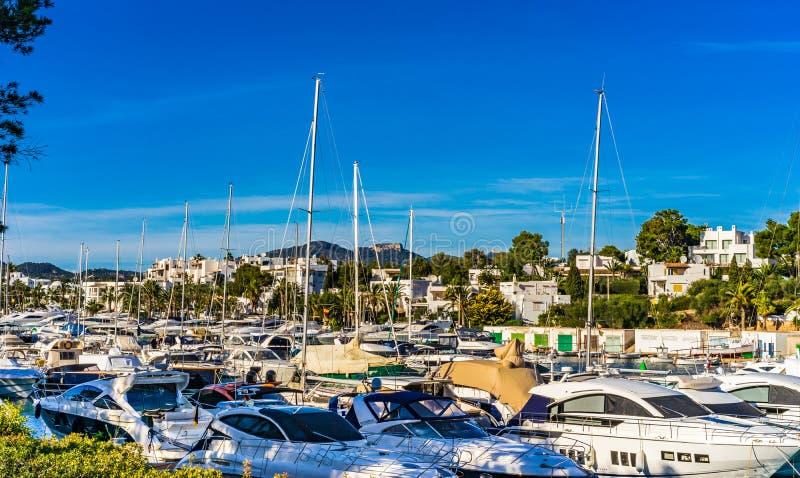 A vela, luxo yachts barcos no porto de Cala Dor, ilha de Majorca, Espanha imagem de stock