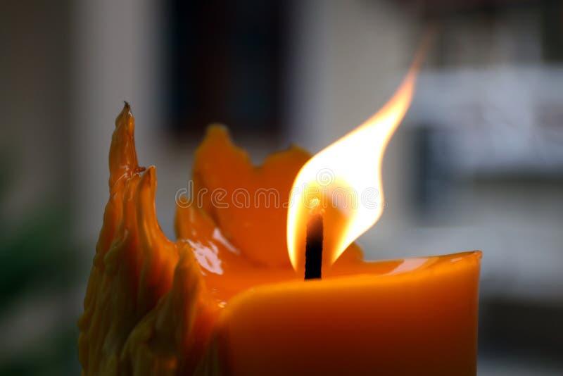 Vela, luz de una vela en el fondo oscuro, iluminación de la vela, vela iluminada en la oscuridad, luz de la llama de la vela foto de archivo libre de regalías