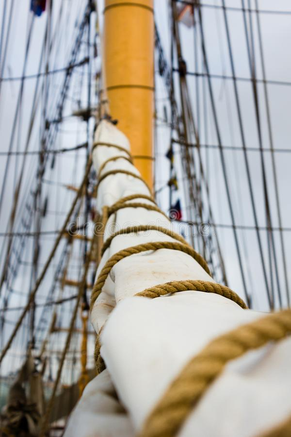 Vela, mastro e equipamento em um barco de navigação/navio velhos imagens de stock royalty free