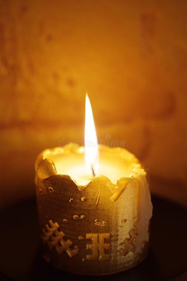 vela Mitad-quemada en la oscuridad imágenes de archivo libres de regalías