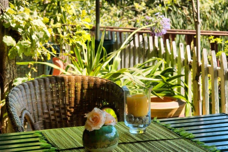 Vela na tabela na casa tailandesa exterior. imagem de stock royalty free