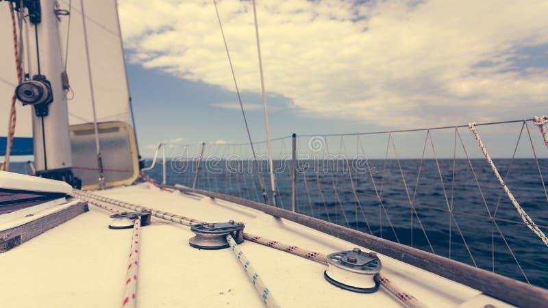 Vela no barco de vela durante o tempo ensolarado fotografia de stock