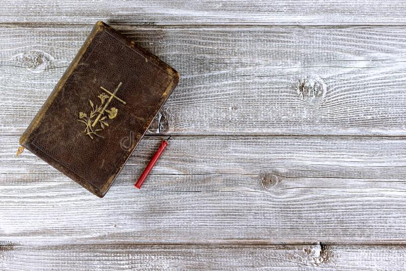 Vela nonflammable da Bíblia católica e da igreja vermelha no fundo de madeira com espaço da cópia fotografia de stock