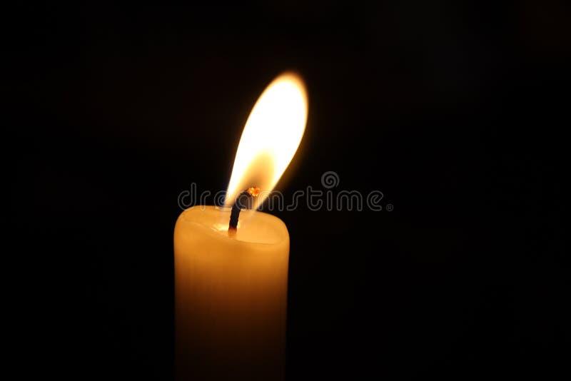 Vela que brilla en la oscuridad imagen de archivo libre de regalías