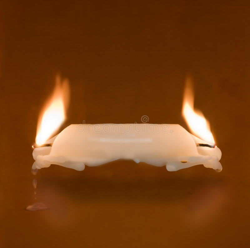 Vela que queima-se em duas extremidades fotos de stock