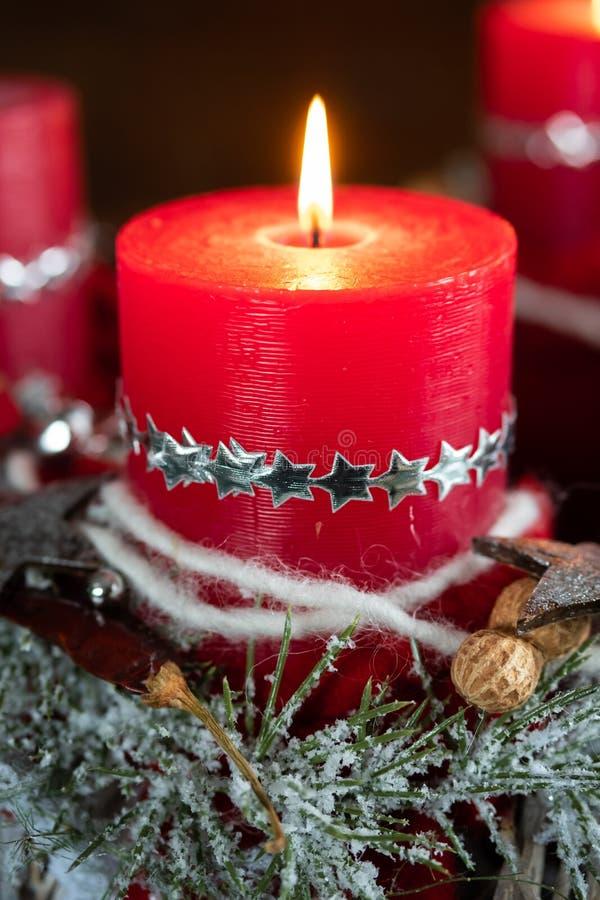 Vela roja ardiente de la Navidad imagen de archivo