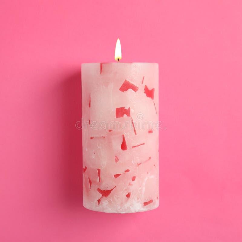 Vela scented da cera Alight na cor fotografia de stock royalty free