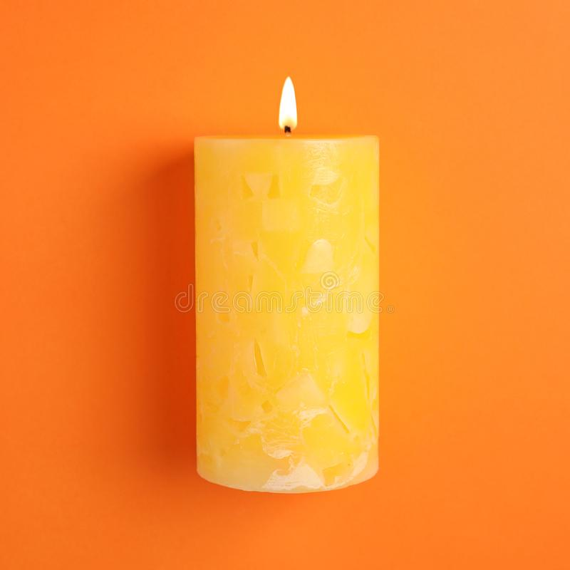 Vela scented da cera Alight na cor fotografia de stock