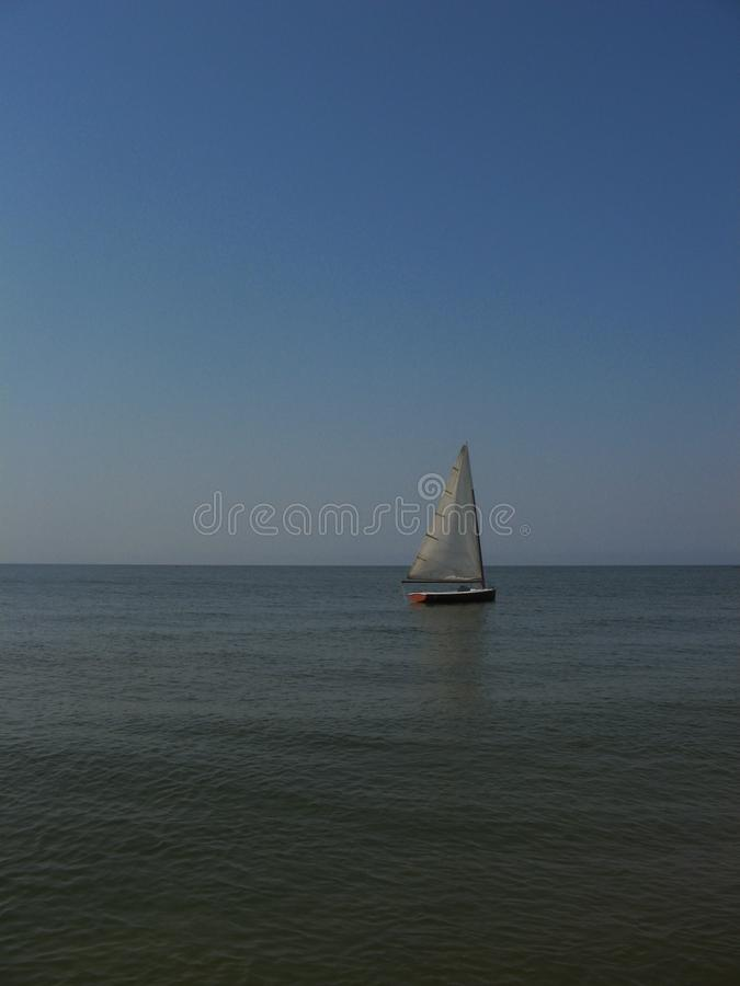 Vela sola en el mar fotos de archivo