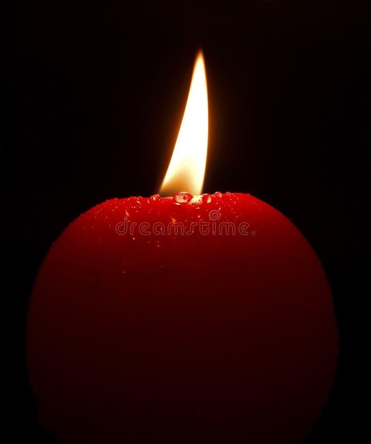 Vela vermelha da iluminação com gotas pequenas fotos de stock royalty free