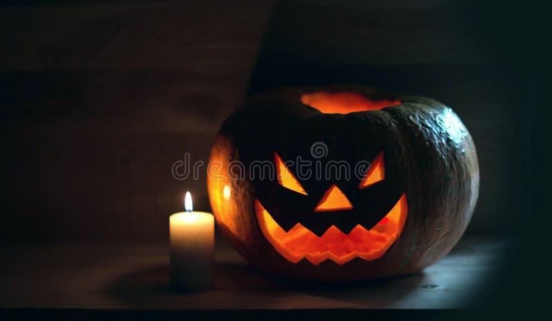 Vela y calabaza sonriente espeluznante para Halloween imágenes de archivo libres de regalías