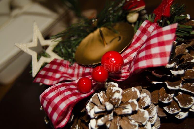 Vela y decoración blanca de la Navidad sobre nieve y fondo de madera, tiro elegante con humor festivo imágenes de archivo libres de regalías