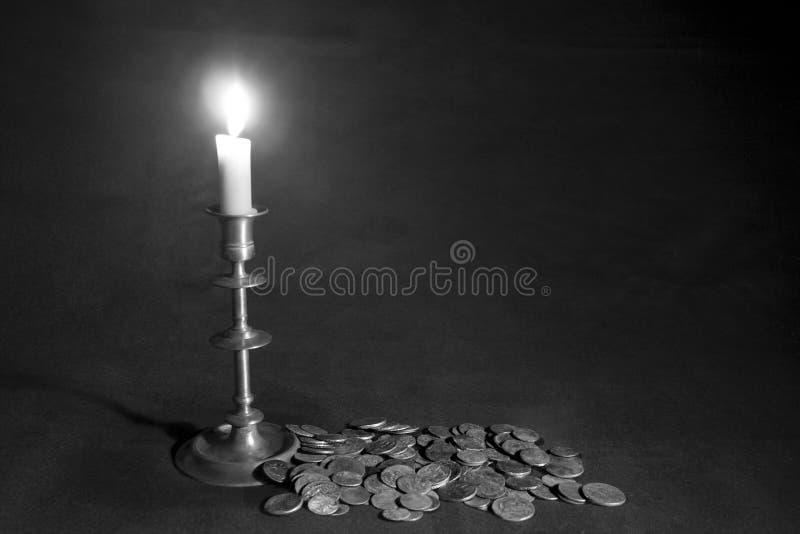 Vela y monedas del Lit fotos de archivo