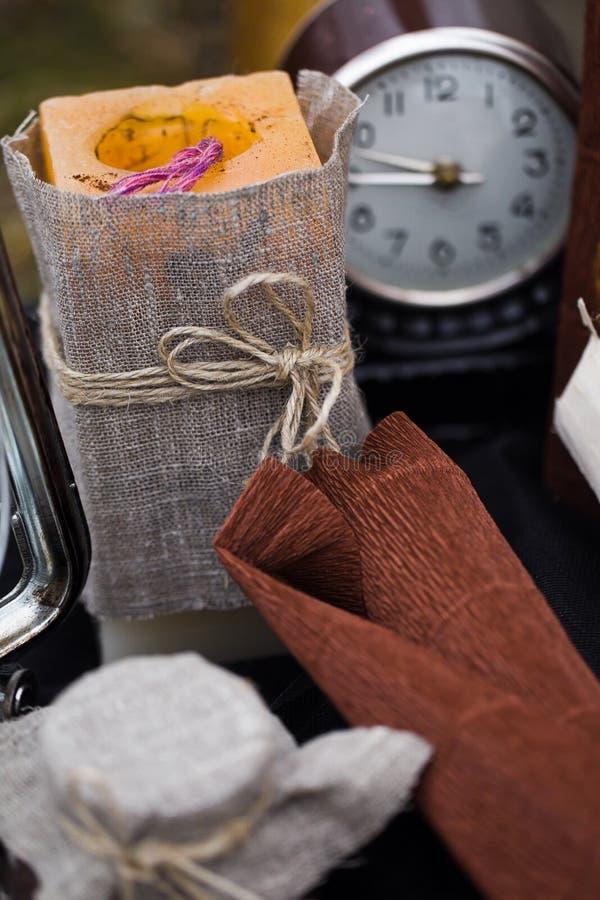 Vela y reloj retros imágenes de archivo libres de regalías