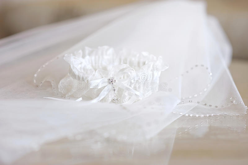 Velare di cerimonia nuziale e una giarrettiera fotografie stock libere da diritti