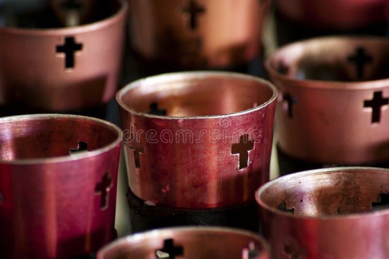 Velas alinhadas em Christian Monastery imagem de stock